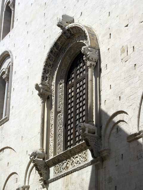 http://www.medioevo.org/artemedievale/Images/Puglia/Bari/IMG_6943.JPG