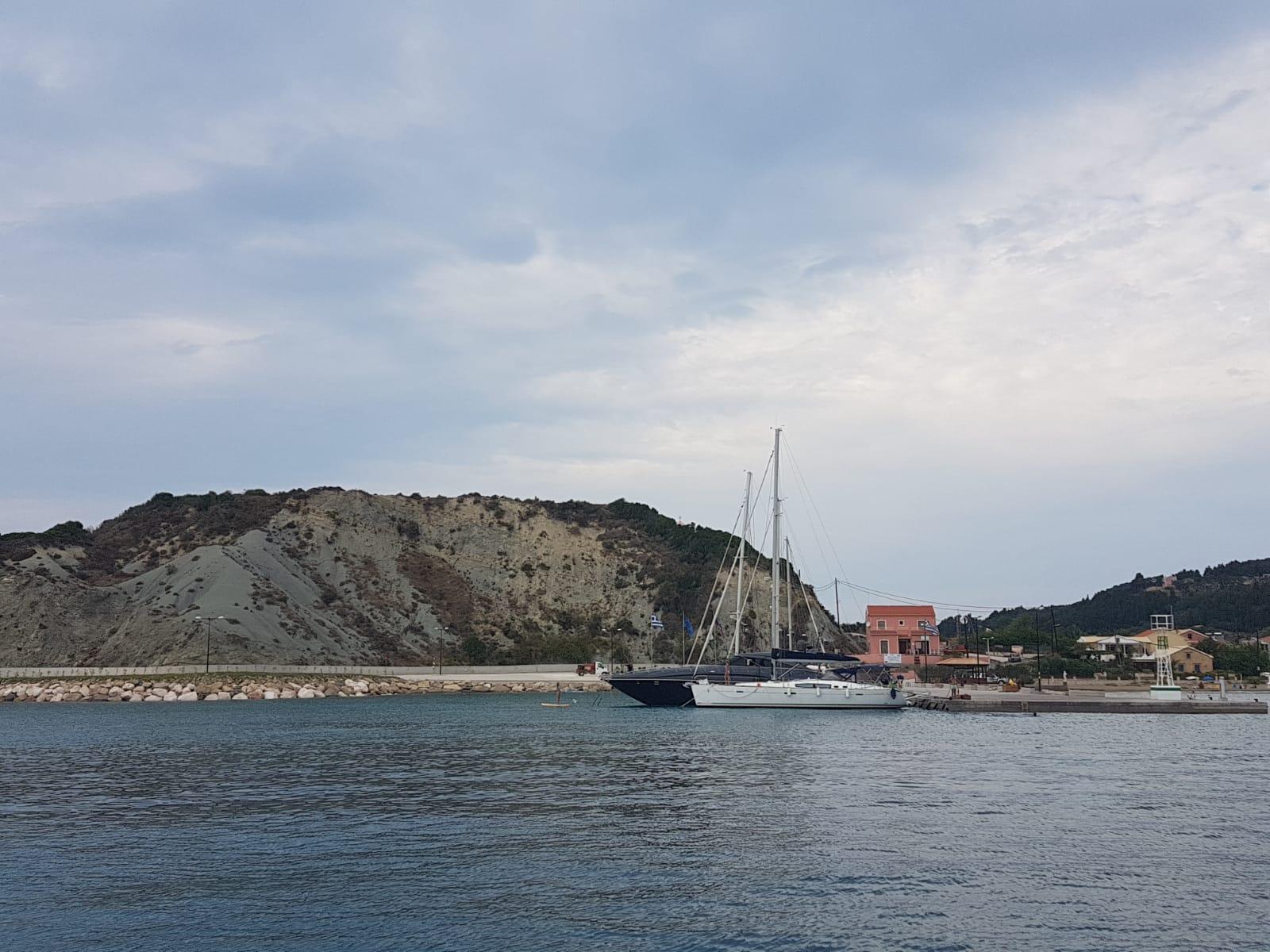 Immagine che contiene acqua, esterni, montagna, barca  Descrizione generata automaticamente