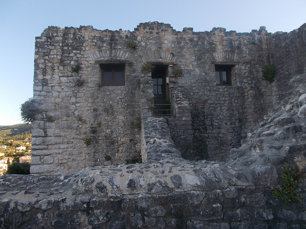 Immagine che contiene esterni, edificio, pietra, roccia  Descrizione generata automaticamente