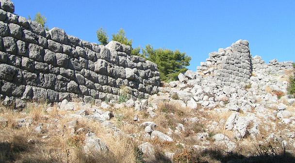 Immagine che contiene esterni, roccia, erba, roccioso  Descrizione generata automaticamente